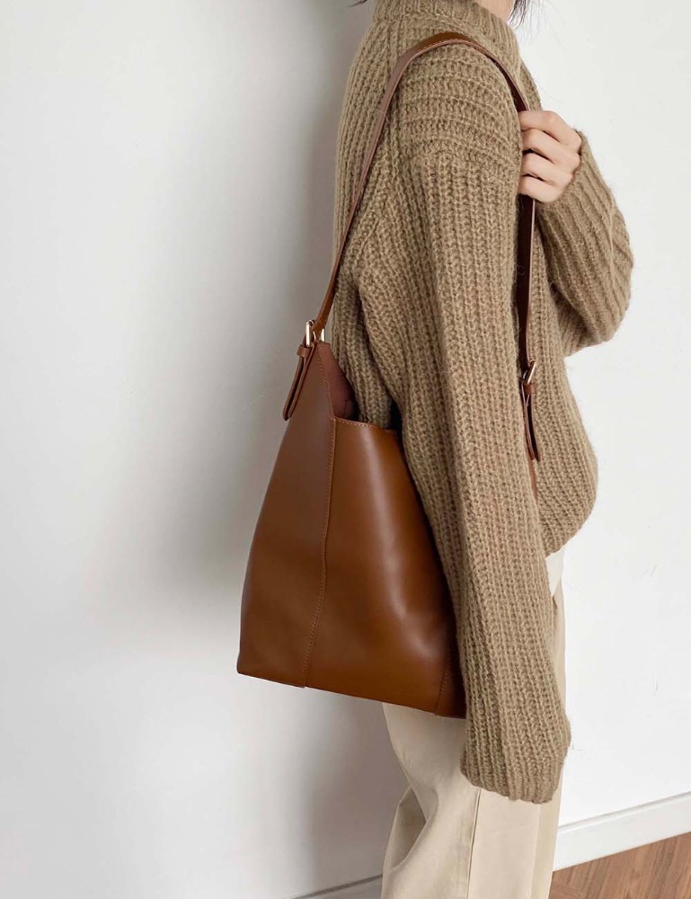 V-en shoulder bag
